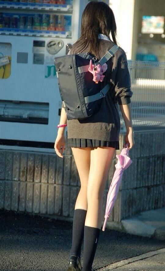 女子高生の綺麗な太もも街撮りwwwサワサワお触りしたいですwwww OR2QR1a