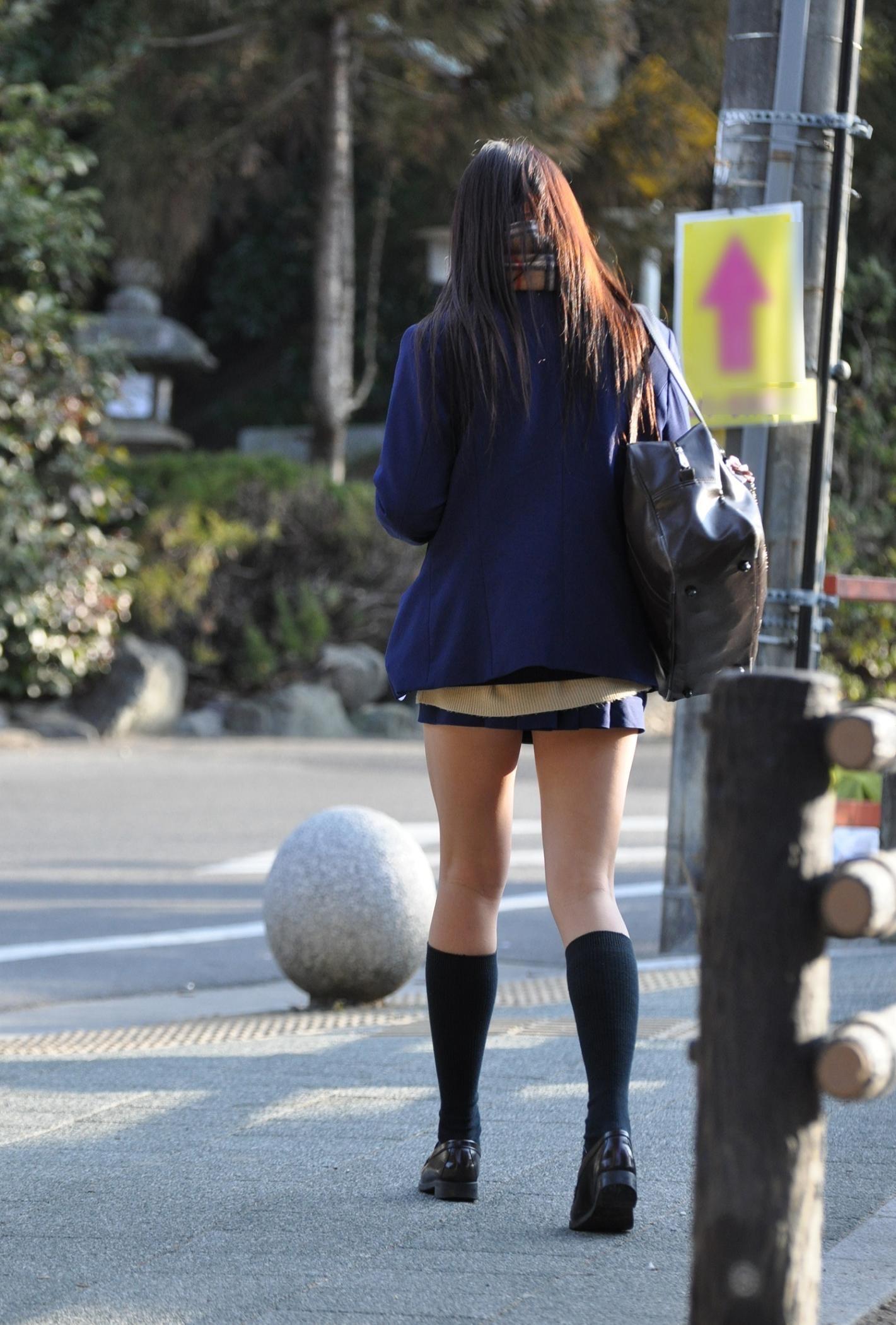 女子高生の綺麗な太もも街撮りwwwサワサワお触りしたいですwwww SKspPVz