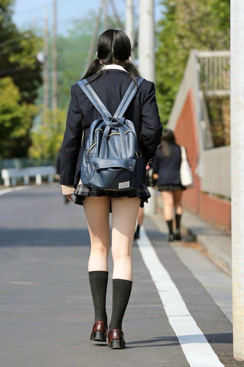 女子高生の綺麗な太もも街撮りwwwサワサワお触りしたいですwwww X8jZu5P 2