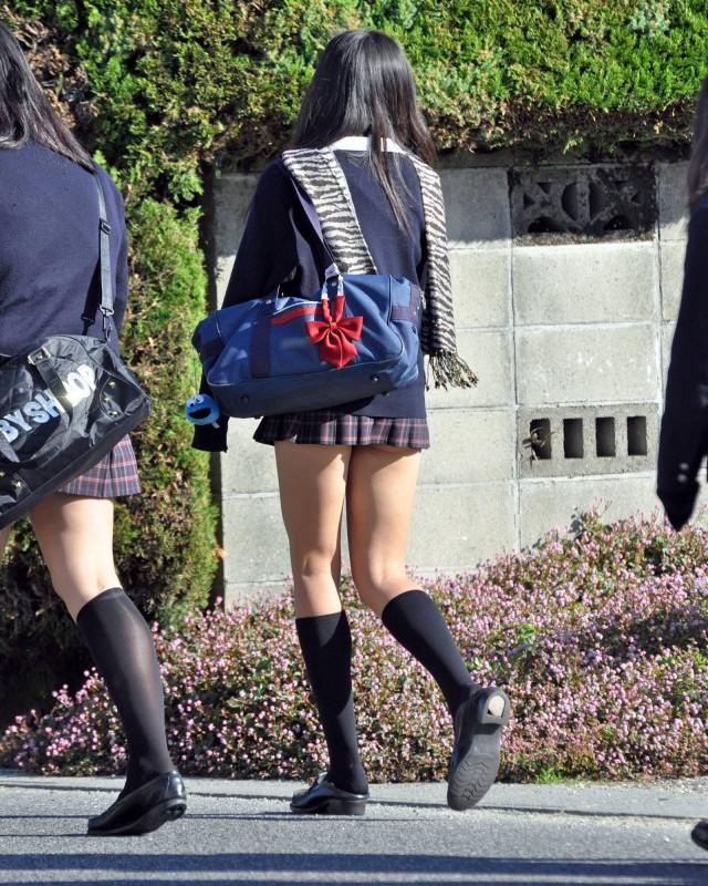 女子高生の綺麗な太もも街撮りwwwサワサワお触りしたいですwwww yF0qyNQ 2