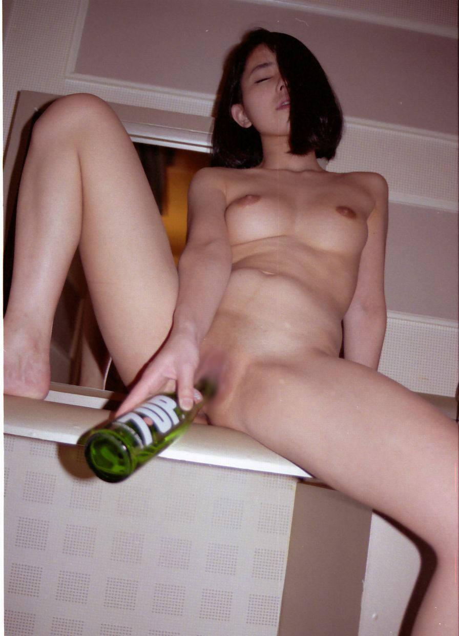 まんこに瓶をぶっ刺してご満悦なド変態娘wwww何でも良いからぶっこみたいの!!!!!! 1503