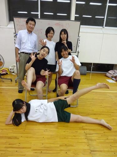 躍動感溢れる校生が露出の激し過ぎるエロい服装の画像
