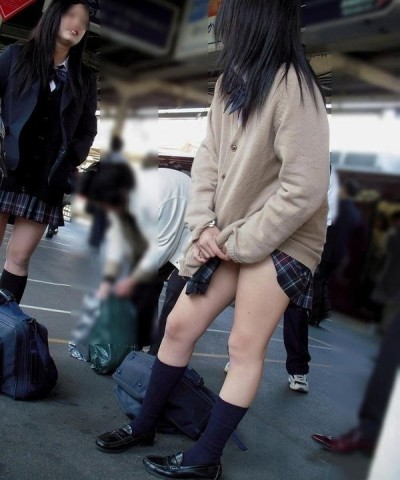 一番スリスリしたくなる女子高生の太もも画像貼った奴が優勝wwwwww YZU5N5i