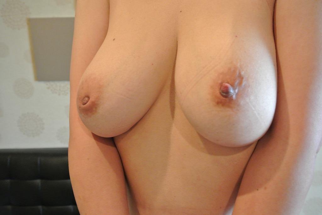 陥没乳首を勃起させてチュパチュパしたいのwww素人娘おっぱいエロ画像www 0821