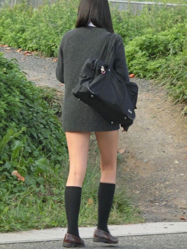 パンツも太ももも可愛い女子高生に萌えるwwwwwww KfszEvh 1