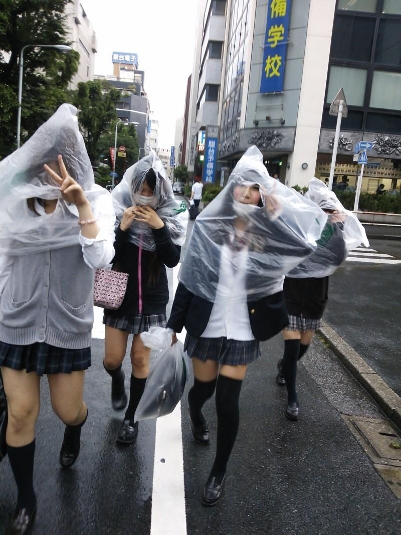 学校帰りの女子校生がパイパンマンコに電マを当てるだけでもエロい画像