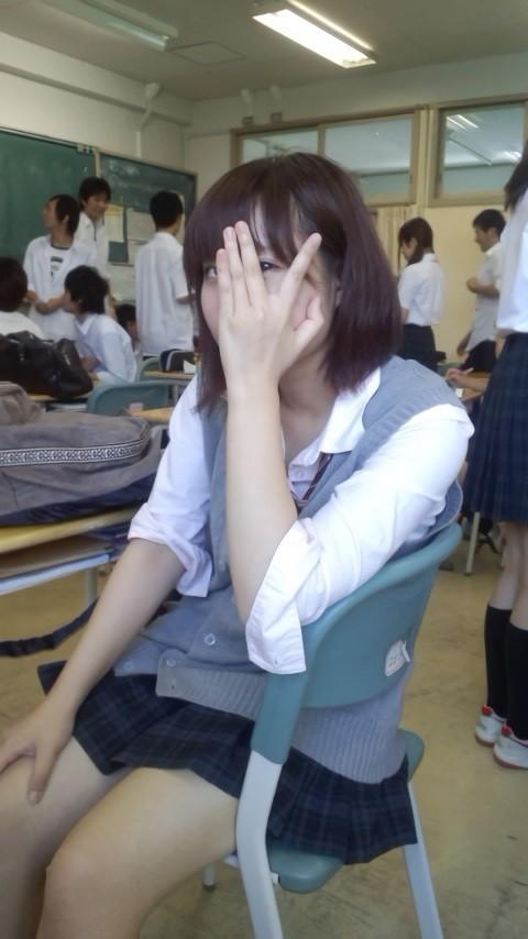 パンツも太ももも可愛い女子高生に萌えるwwwwwww UgpU4jR