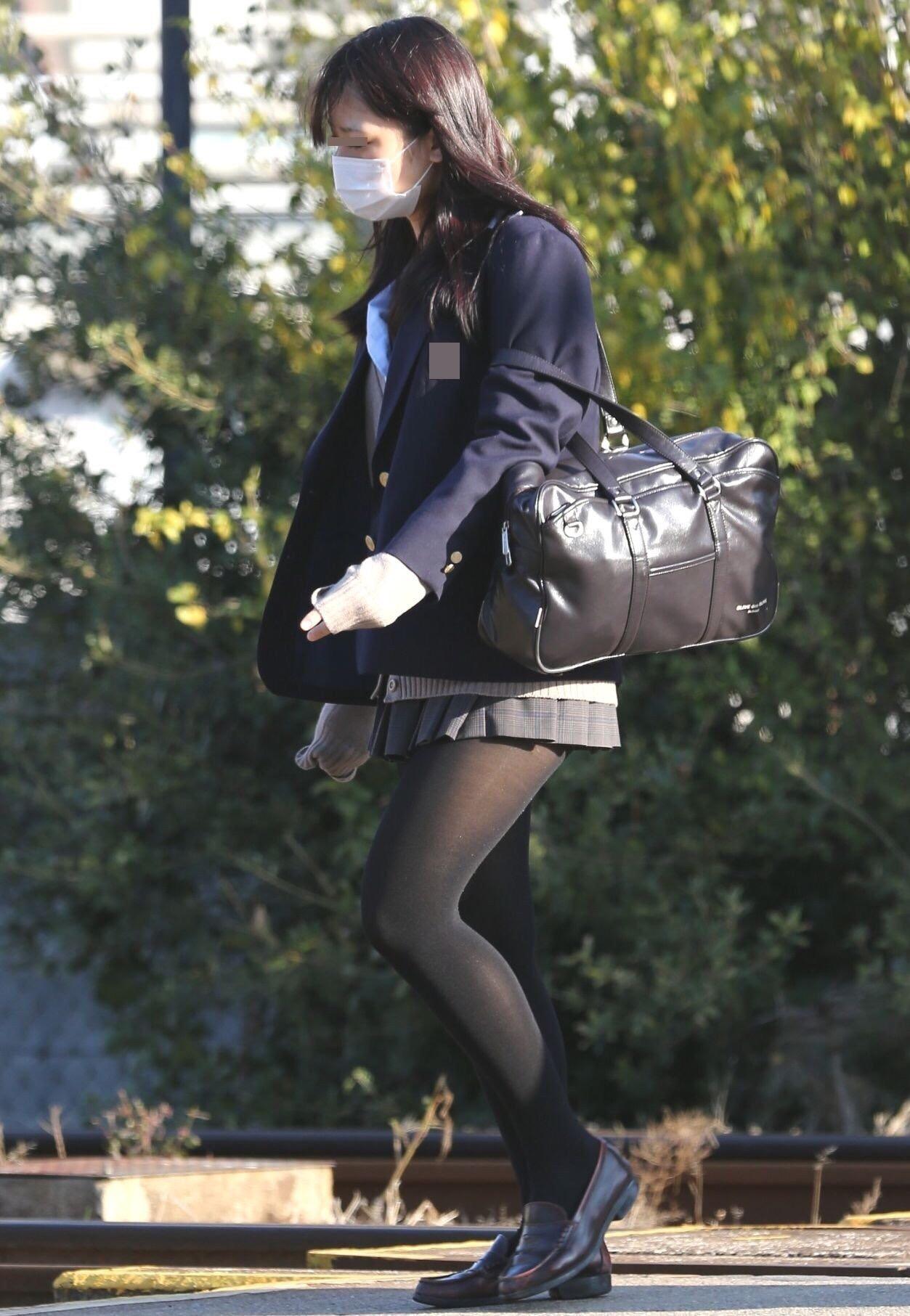 女子高生の街撮り黒パンスト!!寒い季節も楽しませてくれるJKストッキングwwwwww sRAnfsn