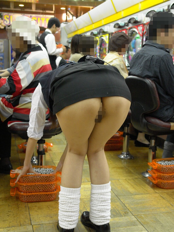 【パンチラ画像】パチンコ店で働くお姉さんの汗を吸収したパンツがこちらwwwwwww 1C0ra87