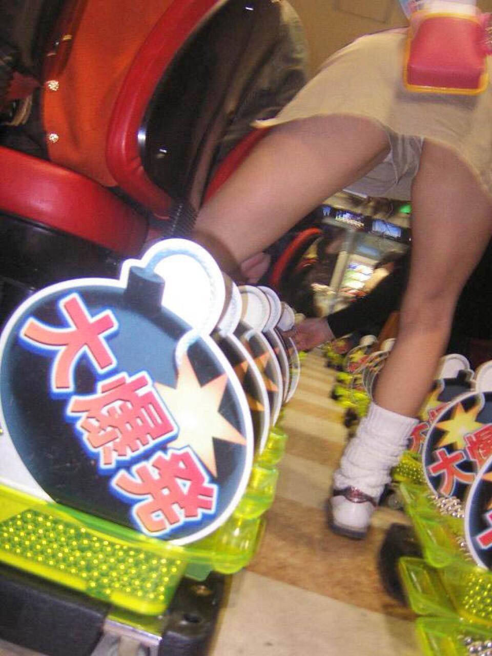 【パンチラ画像】パチンコ店で働くお姉さんの汗を吸収したパンツがこちらwwwwwww 1Ykk3gU