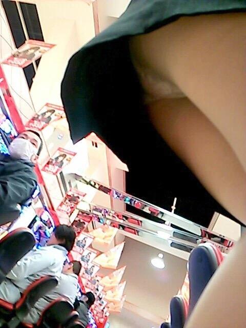 【パンチラ画像】パチンコ店で働くお姉さんの汗を吸収したパンツがこちらwwwwwww DCJVOZj