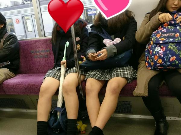 列車で10代小娘のぽちゃ生脚撮ったったwwwwwwwwwwww
