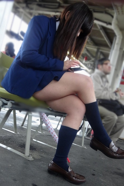 純朴なJS小学生がエロい腰つきでロリコンを誘う画像