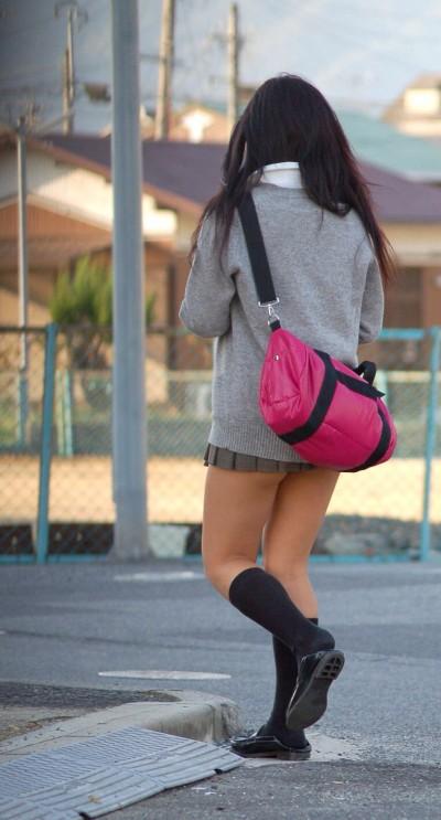 純朴な女子高校生がミニスカすぎる画像