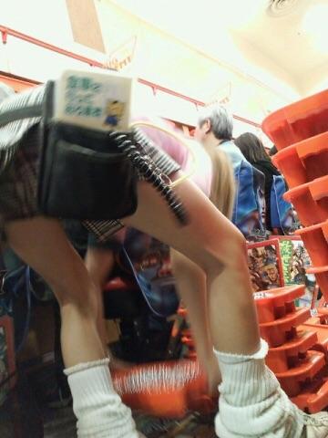 【パンチラ画像】パチンコ店で働くお姉さんの汗を吸収したパンツがこちらwwwwwww dYk3peW