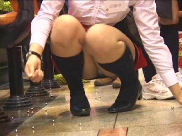 【パンチラ画像】パチンコ店で働くお姉さんの汗を吸収したパンツがこちらwwwwwww sO2LeiN