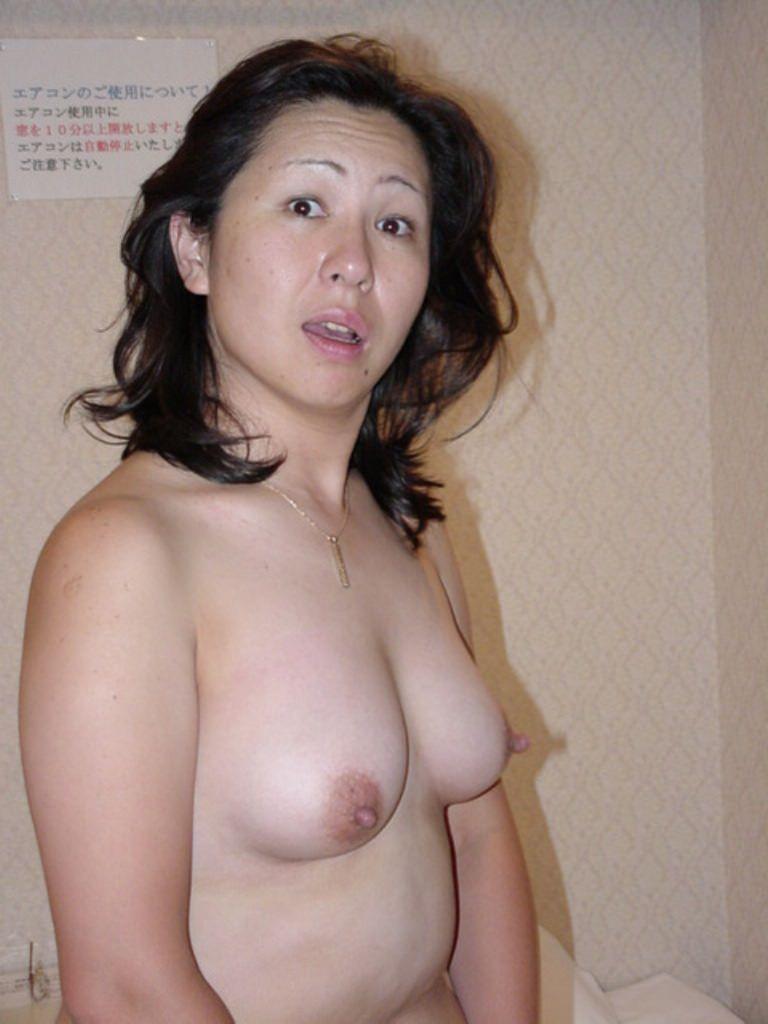 旦那とこれからエッチする予感で感じちゃってる人妻www乳首が勃起しててエロすぎwww 0205