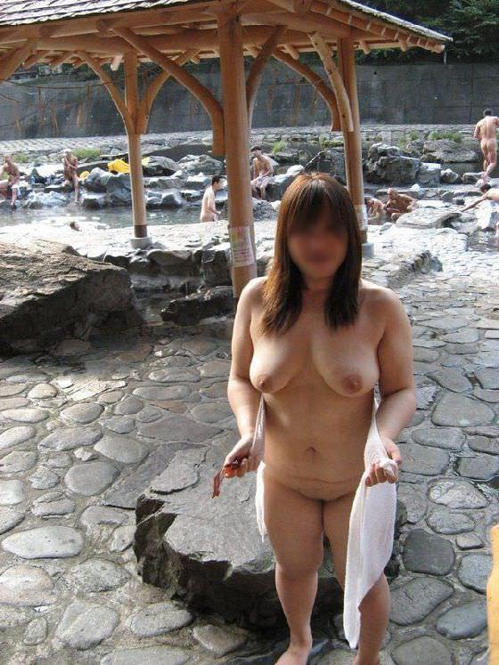 混浴風呂で乳首おっ勃てながらおっさんと記念撮影wwwあわよくばその場でセックスwww 2105