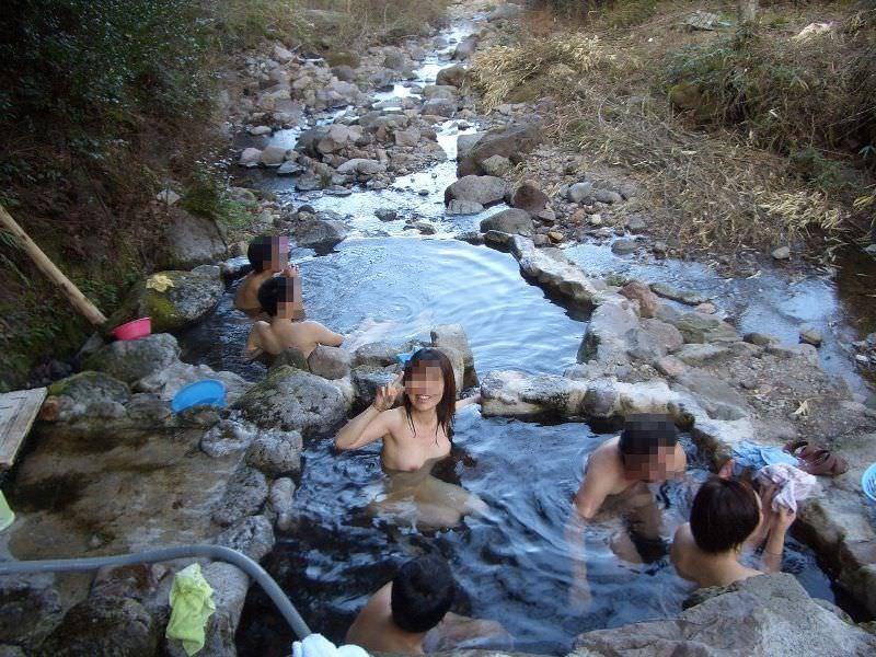 混浴風呂で乳首おっ勃てながらおっさんと記念撮影wwwあわよくばその場でセックスwww 2115