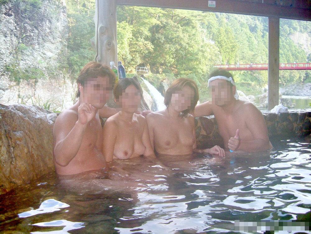混浴風呂で乳首おっ勃てながらおっさんと記念撮影wwwあわよくばその場でセックスwww 2123