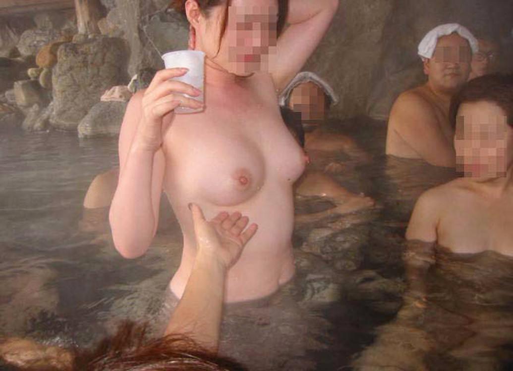 混浴風呂で乳首おっ勃てながらおっさんと記念撮影wwwあわよくばその場でセックスwww 2124