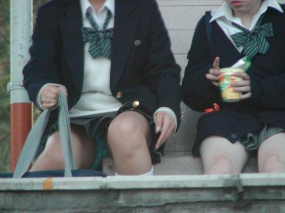 最近の女子高生も相変わらずエッチな姿してますね。 6C36kPE