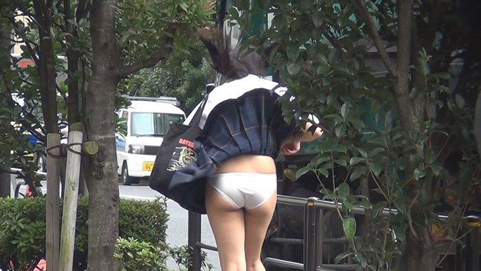 パンツが見えるとがっかりするから絶対貼るなよな(JKパンチラ画像) JbLHiGl