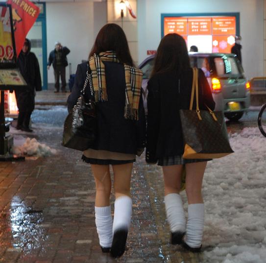 最近の女子高生も相変わらずエッチな姿してますね。 NVE9ALr