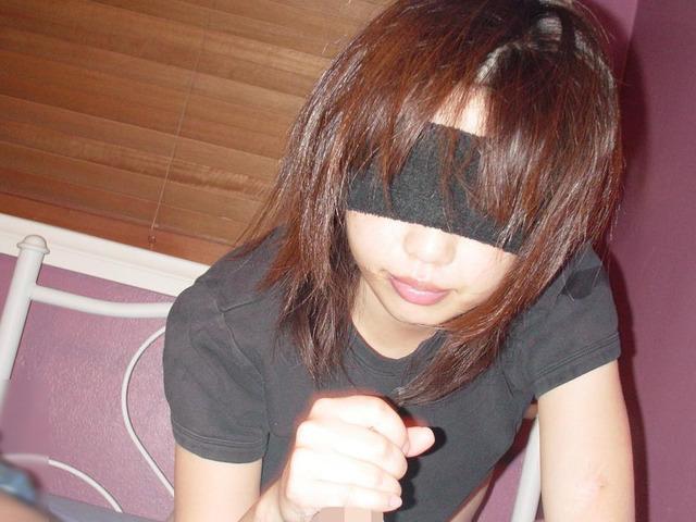 可愛い女の子も彼氏のチンポをシコシコしてるぞwww素人娘の手コキ画像www 2301