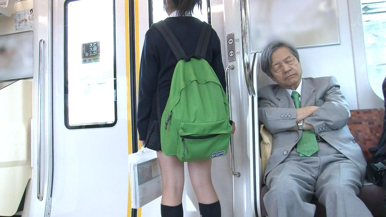JKを電車や駅でバレないようにガン見しようね!!! XFLtc5R