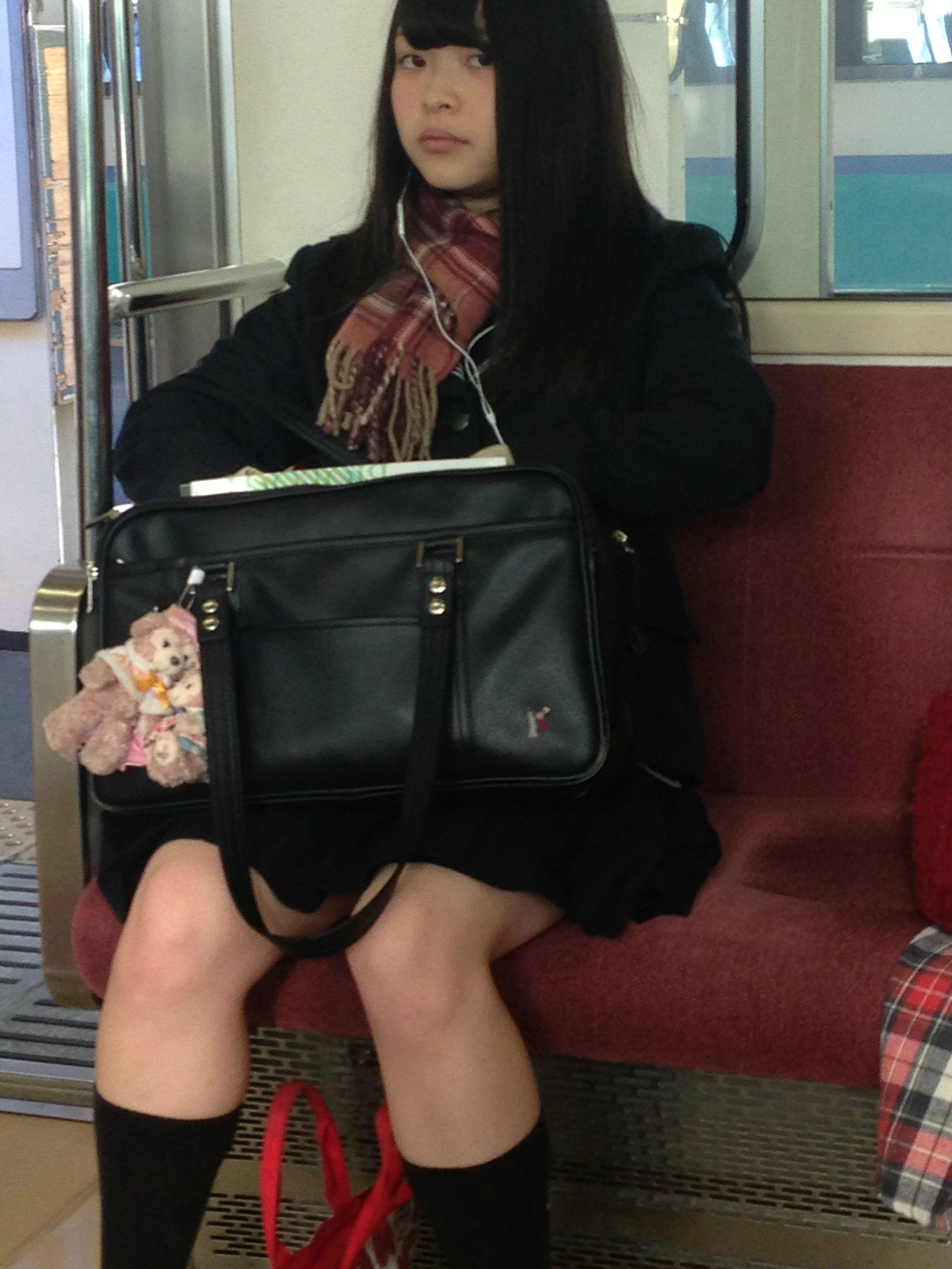 JKを電車や駅でバレないようにガン見しようね!!! givzzEg