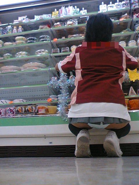 店員さんのお尻が魅せるしゃがみパンチラwwwwwwwwwww panchira194003