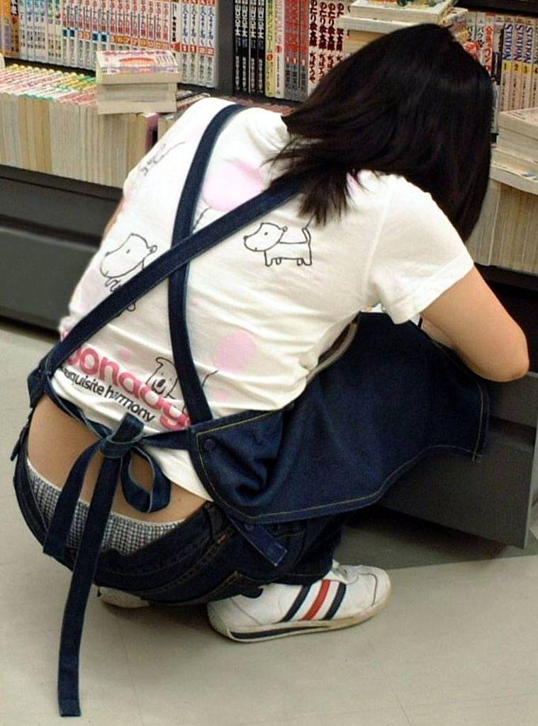 店員さんのお尻が魅せるしゃがみパンチラwwwwwwwwwww panchira194004