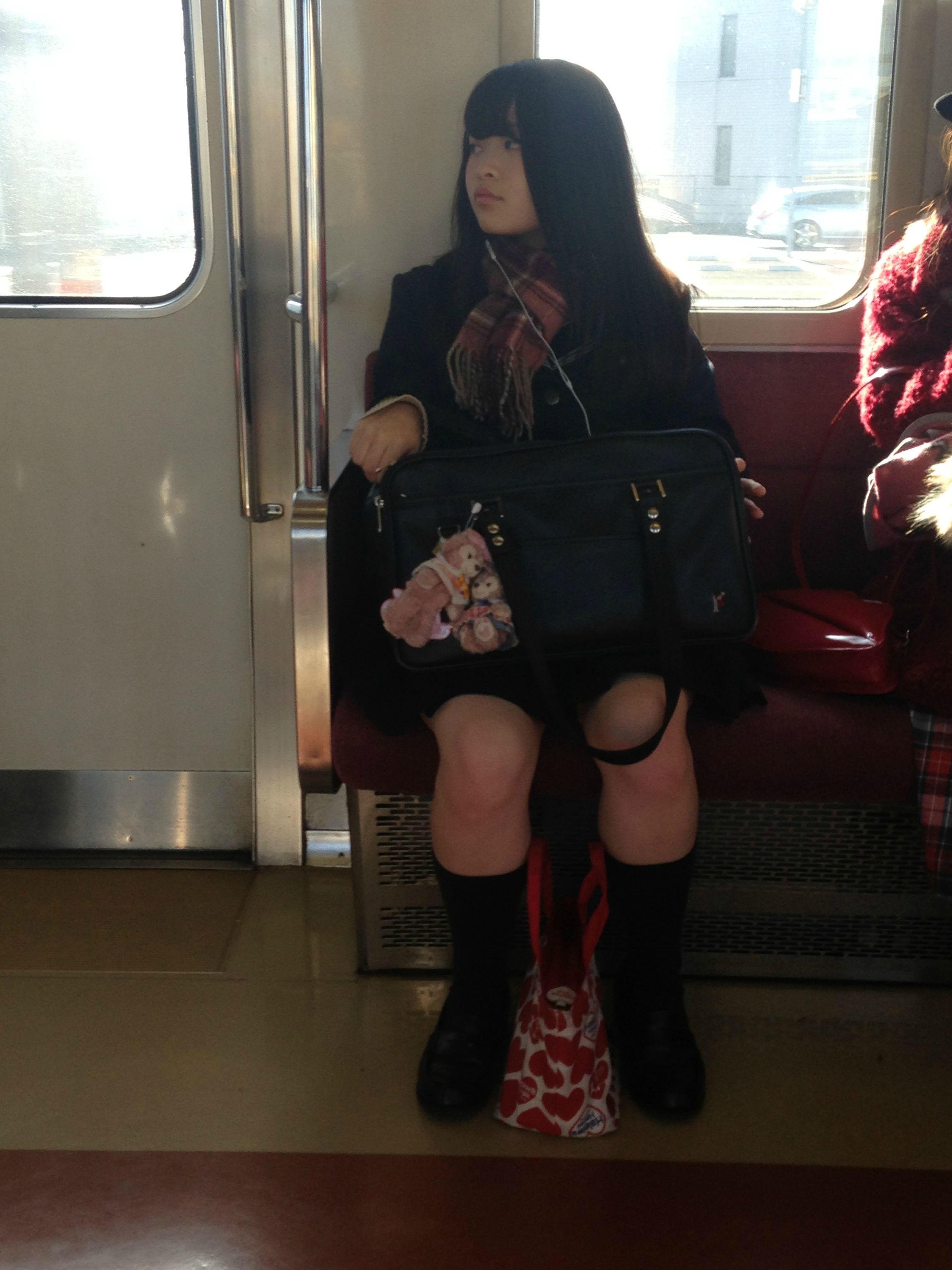 JKを電車や駅でバレないようにガン見しようね!!! uKLnDpj