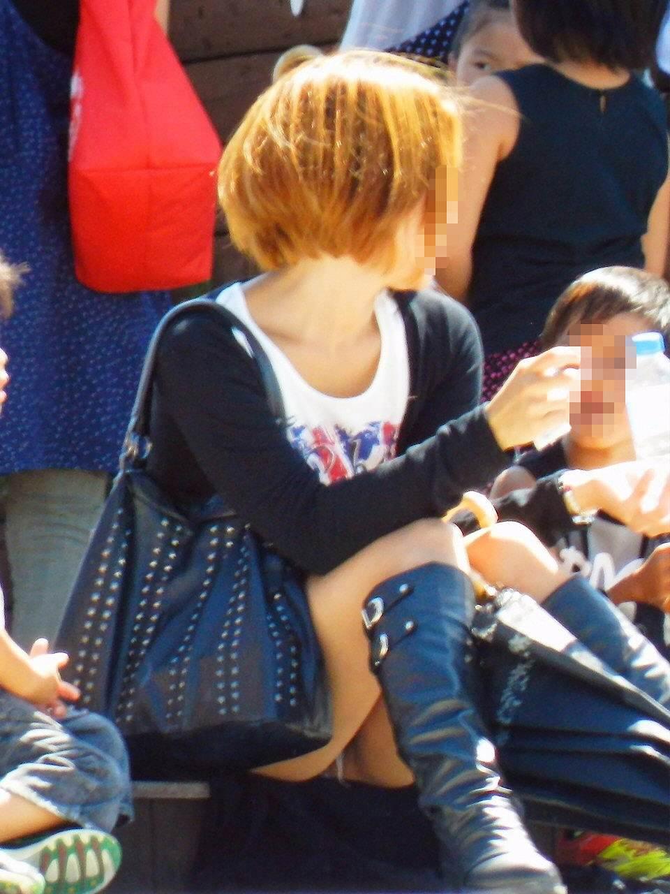 お母さんの臭いが染みてる子持ちママーンのパンチラ&胸チラ街撮り人妻画像wwww 0902