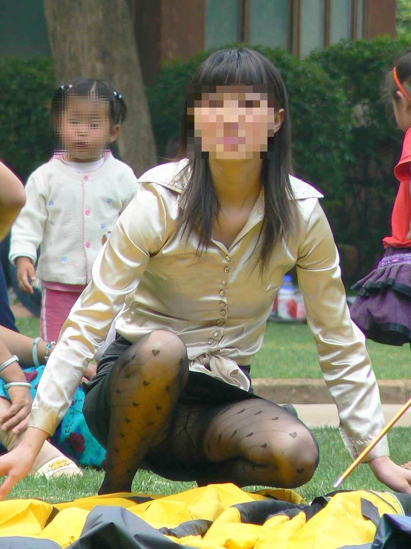 お母さんの臭いが染みてる子持ちママーンのパンチラ&胸チラ街撮り人妻画像wwww 0903
