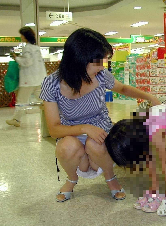 お母さんの臭いが染みてる子持ちママーンのパンチラ&胸チラ街撮り人妻画像wwww 0905