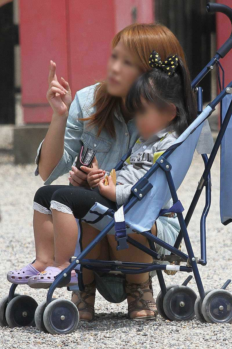 お母さんの臭いが染みてる子持ちママーンのパンチラ&胸チラ街撮り人妻画像wwww 0910