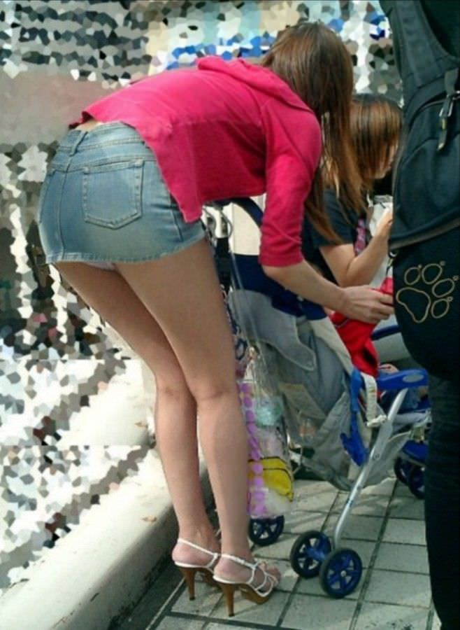 お母さんの臭いが染みてる子持ちママーンのパンチラ&胸チラ街撮り人妻画像wwww 0911