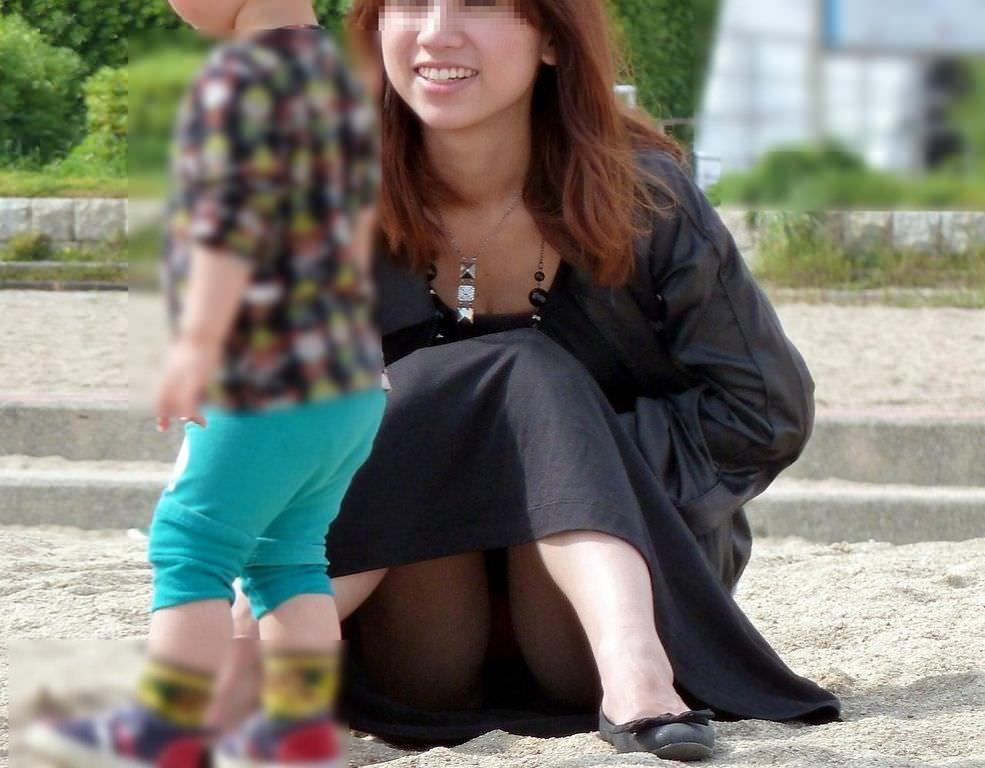お母さんの臭いが染みてる子持ちママーンのパンチラ&胸チラ街撮り人妻画像wwww 0912