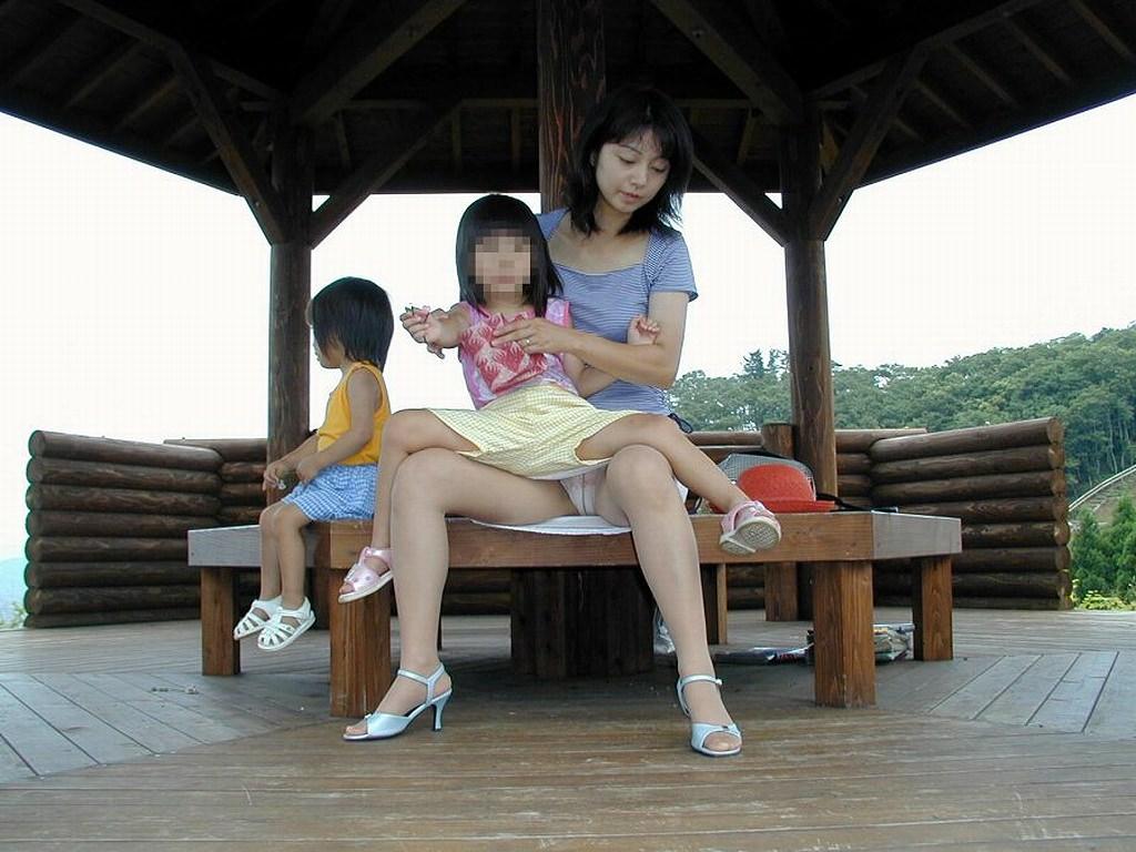 お母さんの臭いが染みてる子持ちママーンのパンチラ&胸チラ街撮り人妻画像wwww 0914