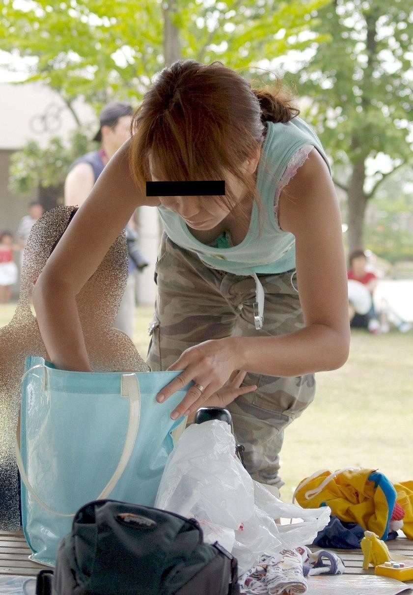 お母さんの臭いが染みてる子持ちママーンのパンチラ&胸チラ街撮り人妻画像wwww 0918