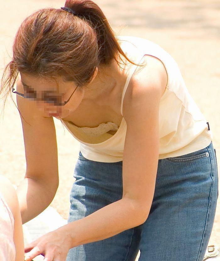お母さんの臭いが染みてる子持ちママーンのパンチラ&胸チラ街撮り人妻画像wwww 0919