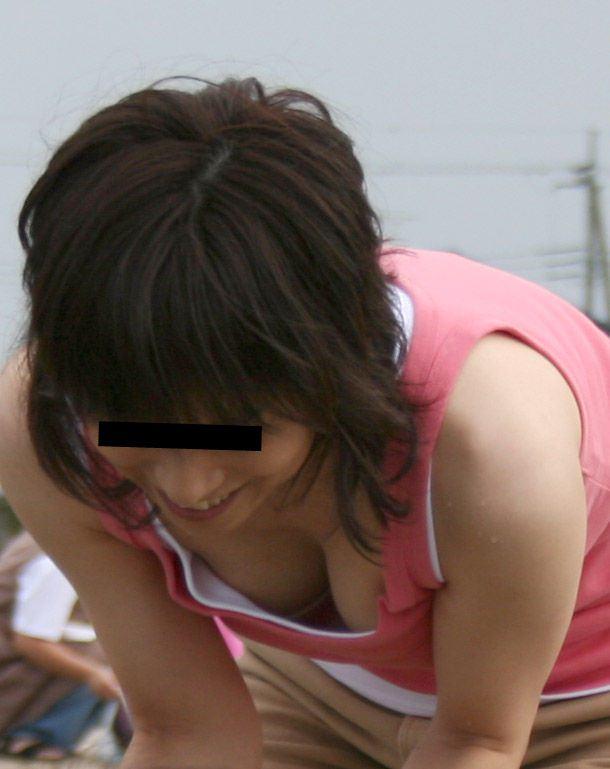 お母さんの臭いが染みてる子持ちママーンのパンチラ&胸チラ街撮り人妻画像wwww 0922