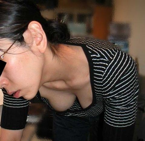 お母さんの臭いが染みてる子持ちママーンのパンチラ&胸チラ街撮り人妻画像wwww 0923