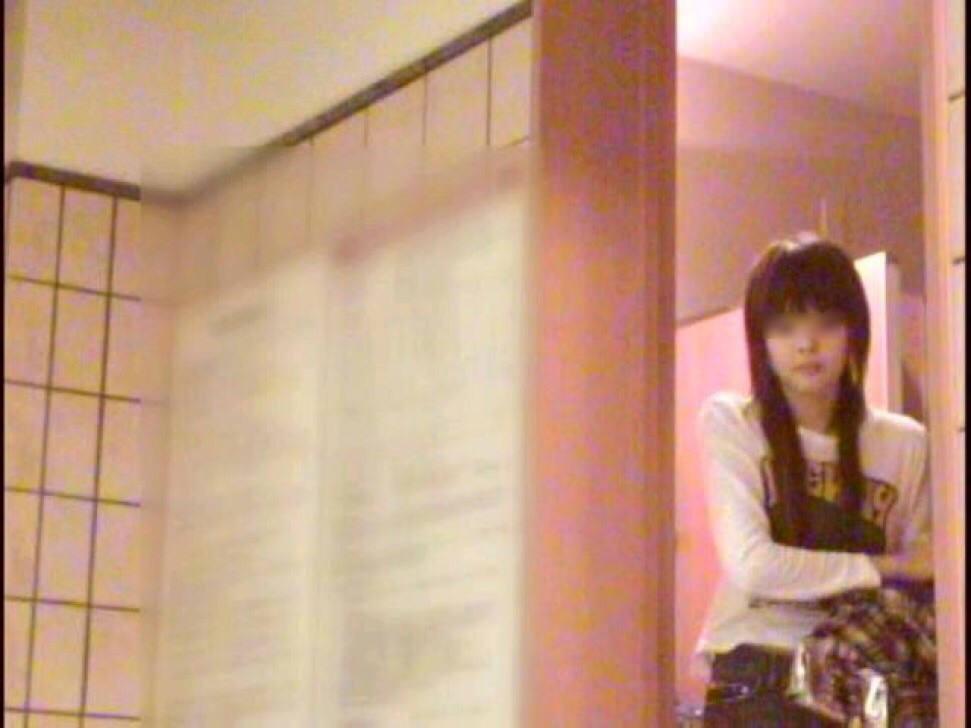 旅館のお風呂場でガチ盗み撮りされた激カワ素人娘!!!衝撃のパイパンまんこ画像www 1424