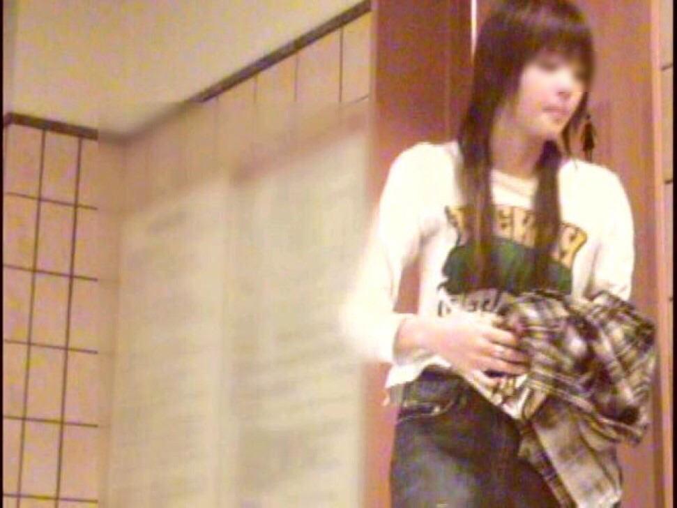 旅館のお風呂場でガチ盗み撮りされた激カワ素人娘!!!衝撃のパイパンまんこ画像www 1425