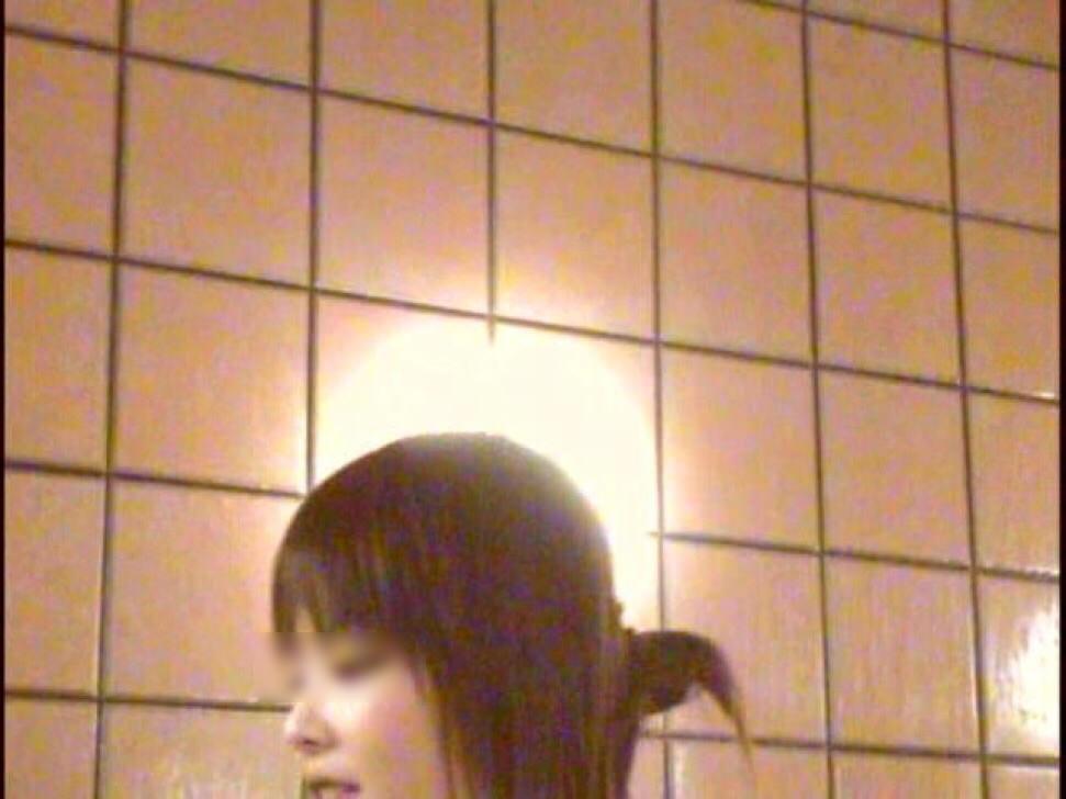 旅館のお風呂場でガチ盗み撮りされた激カワ素人娘!!!衝撃のパイパンまんこ画像www 1442