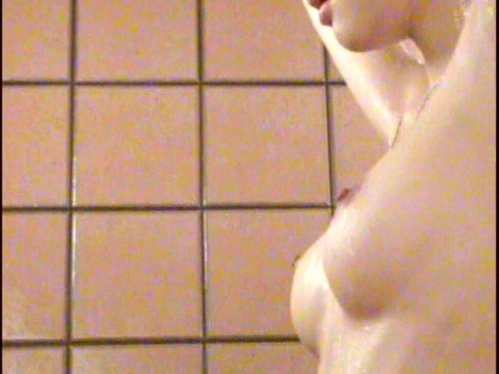 旅館のお風呂場でガチ盗み撮りされた激カワ素人娘!!!衝撃のパイパンまんこ画像www 1449