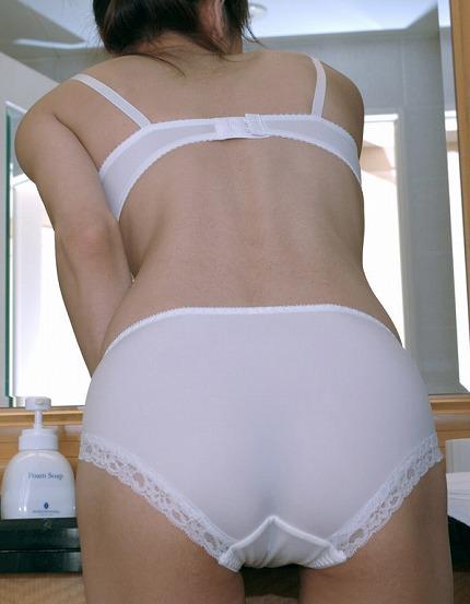 熟女の下着姿ってエロ可愛いwww純白の下着がいい味出してるwww 1748
